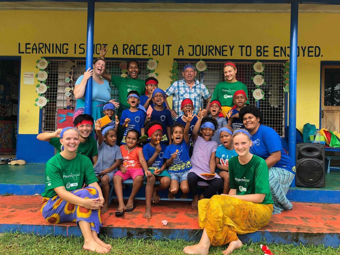 Voluntarios y niños preparándose para actividades deportivas en Fiyi.